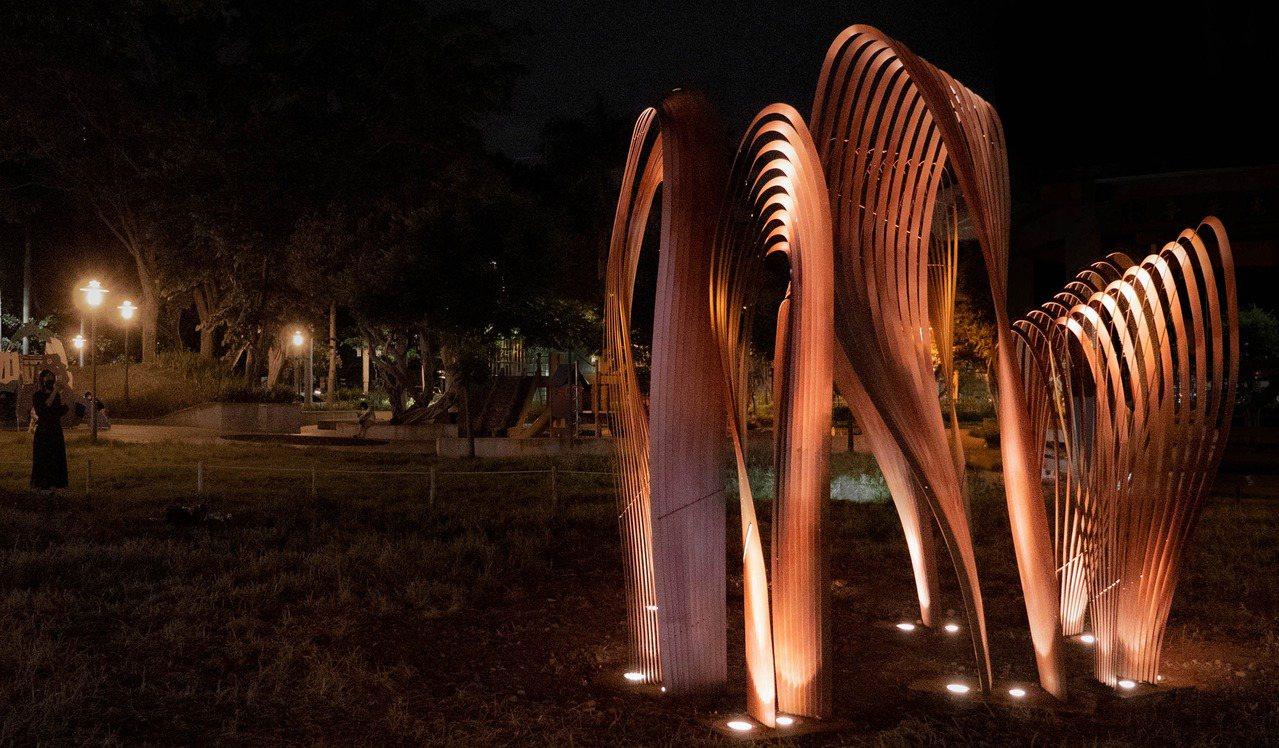 新竹市中央公園展出藝術品「卷卷林」,如充滿奇幻感的曲線森林。 圖/張裕珍 攝影