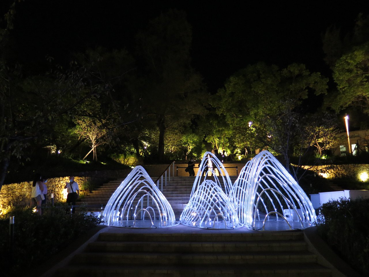新竹公園內的「朔流賦形」為LED打造的造型山水燈品,吸引民眾搶拍。 圖/張裕珍 ...