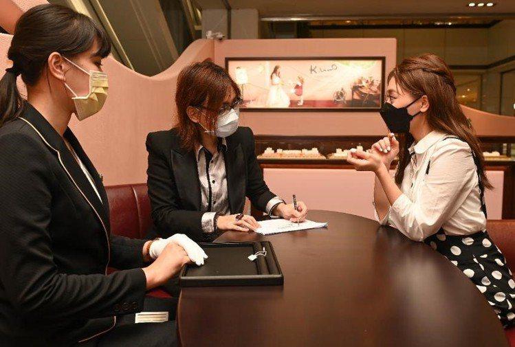 設計師透過溝通諮詢,平均3分鐘就能將顧客對於珠寶的想法繪製成圖,打造專屬獨一無二...