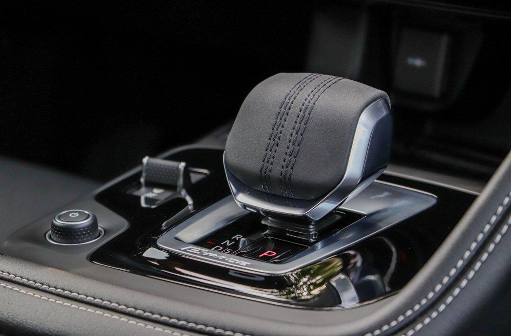 小改款Jaguar E-Pace換上了家族式板球縫線的線傳排檔,如豹掌的形狀相當...