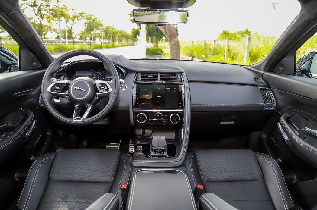小改款Jaguar E-Pace最大的進化絕對是質感大幅升級的內裝。此次試駕車型...