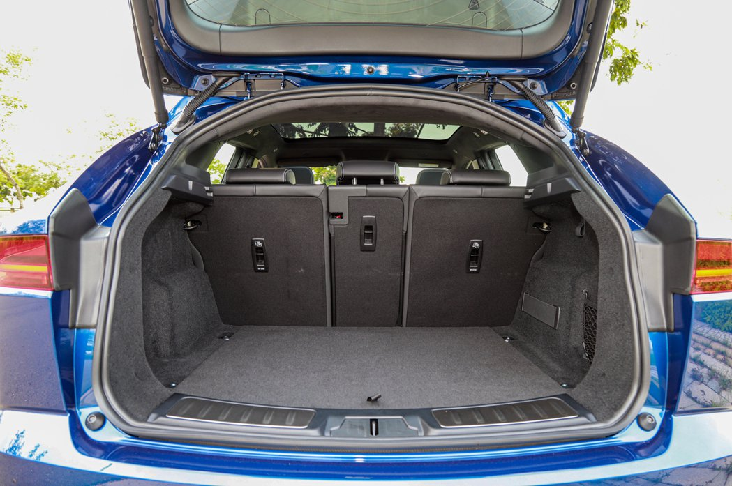 小改款Jaguar E-Pace行李箱在一般狀態下的容積為494公升。 記者張振...