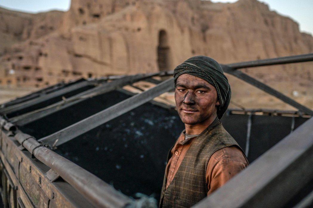 圖為巴米揚大佛下的哈札拉族礦工。哈扎拉人與阿富汗塔利班之間的種族情結,在美國阿裔...