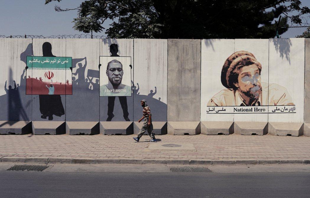 圖為喀布爾的街頭塗鴉。由右至左分別是:北方聯盟的反塔利班英雄老馬蘇德(眼鼻被塔利...