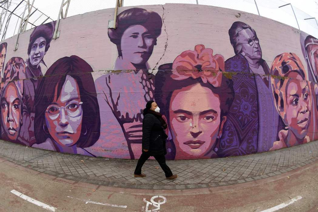 這是位於西班牙馬德里一面壁畫,描繪15位當代傑出女性,包括妮娜·西蒙、佛烈達·卡...