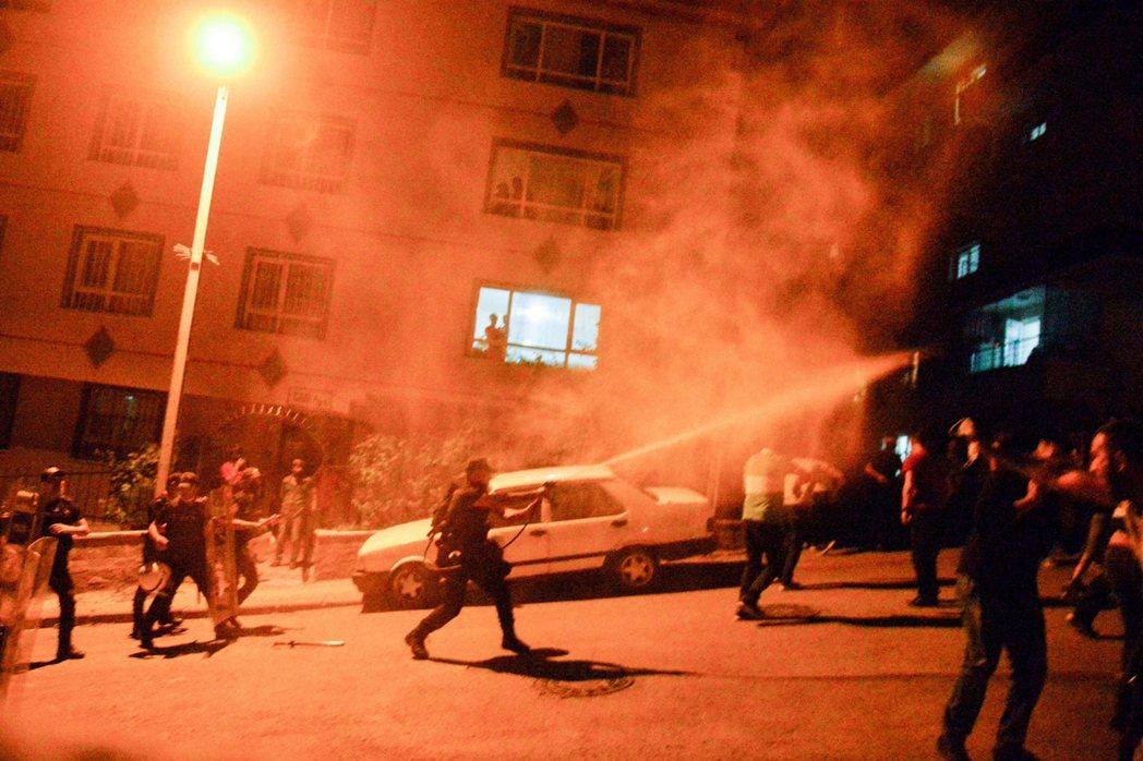 安卡拉的排外暴亂,只是土耳其日益緊張的種族壓力的其中一個爆點。是夜警方的鎮壓中,...