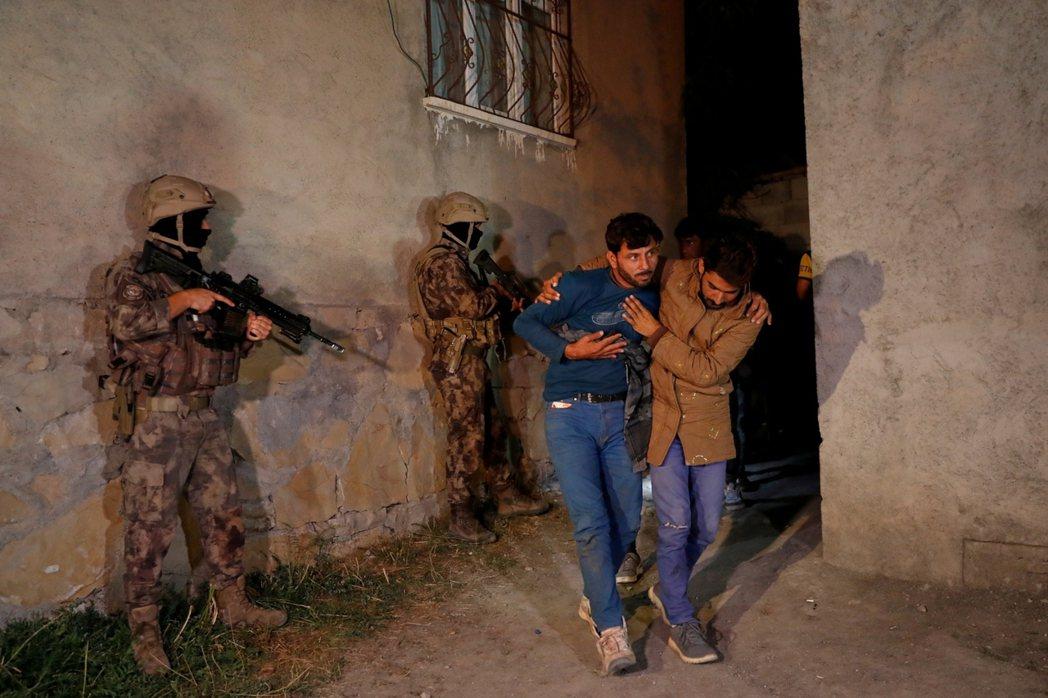 「要敲鑼打鼓地歡送敘利亞移民返回祖國!」圖為8月21日,土耳其特警隊在凡城逮捕非...
