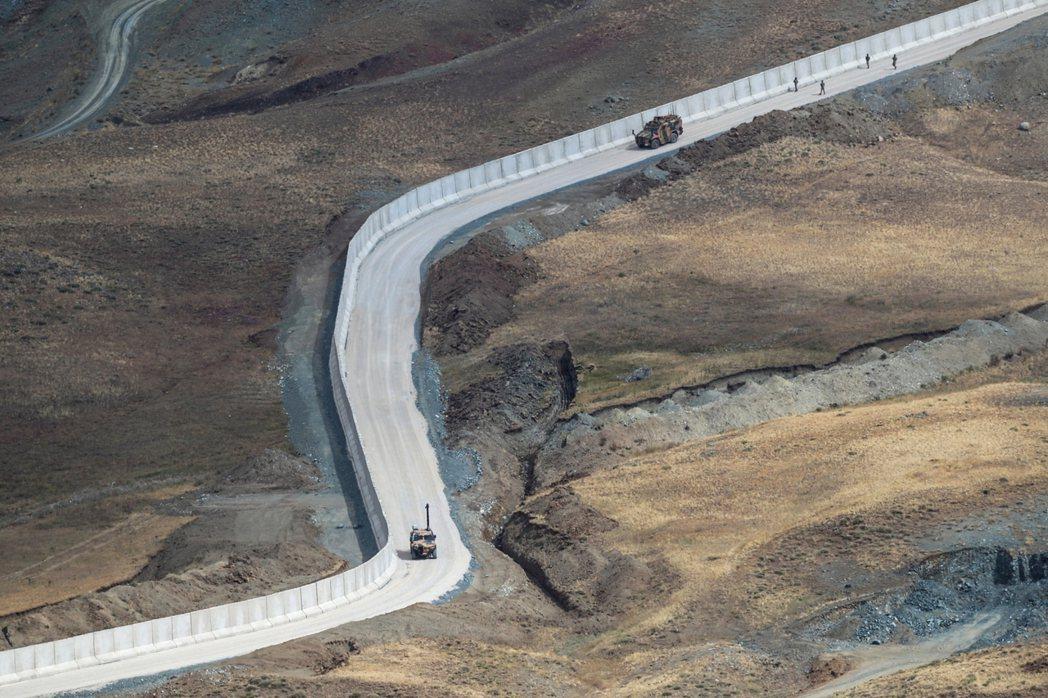 圖為土耳其-伊朗邊界,由土耳其軍方所築起的「邊境長城」。對於土耳其而言,外來難民...