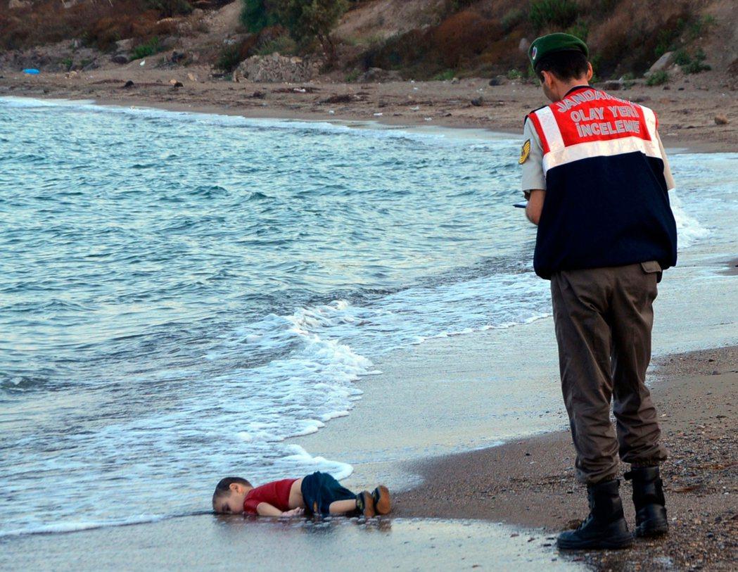 土耳其的難民問題裡,最引發世人關注的案子,莫過2015年9月2日在地中海偷渡溺斃...