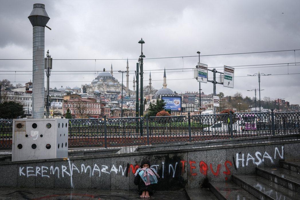 難民問題已將近10年,但這次的危機有可能成為轉機嗎?圖為伊斯坦堡街頭,行乞的敘利...