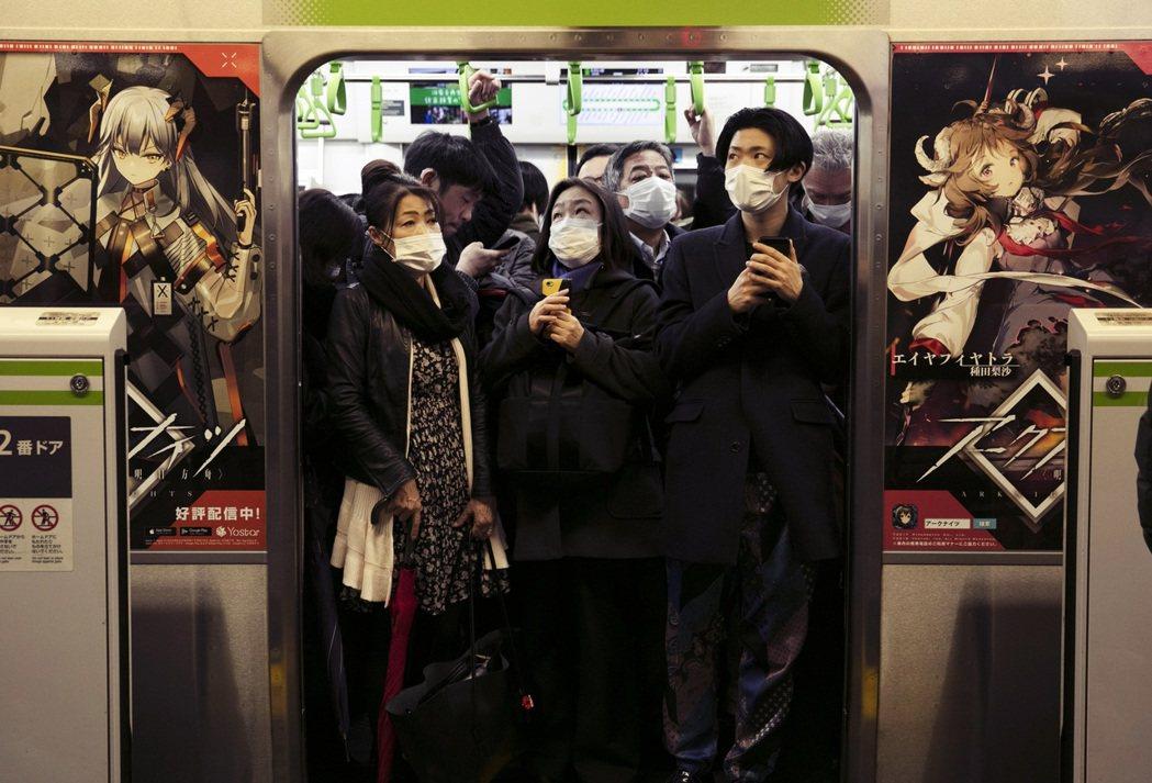 「音樂祭現場可比滿員電車或是新宿澀谷街上安全多了。」圖為東京疫情下的滿員電車。 ...