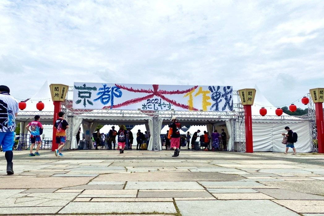 《京都大作戰》邀請的來賓都是日本樂團,另外又總是碰上雨天,讓人總是要穿著雨鞋踩在...