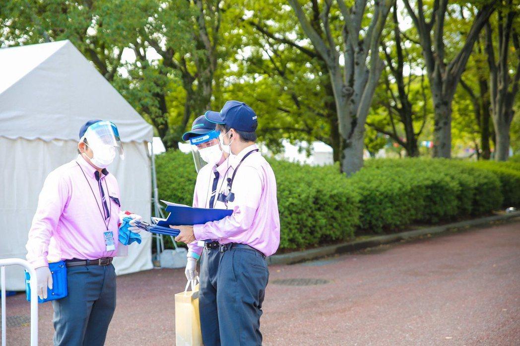 日本清潔用品公司 DUSKIN 也是合作夥伴,場內不時可以見到工作人員到處消毒...