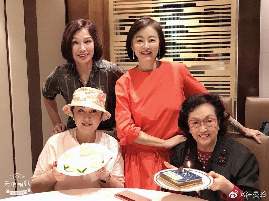 林青霞(右2)日前出席友人生日。圖/摘自微博