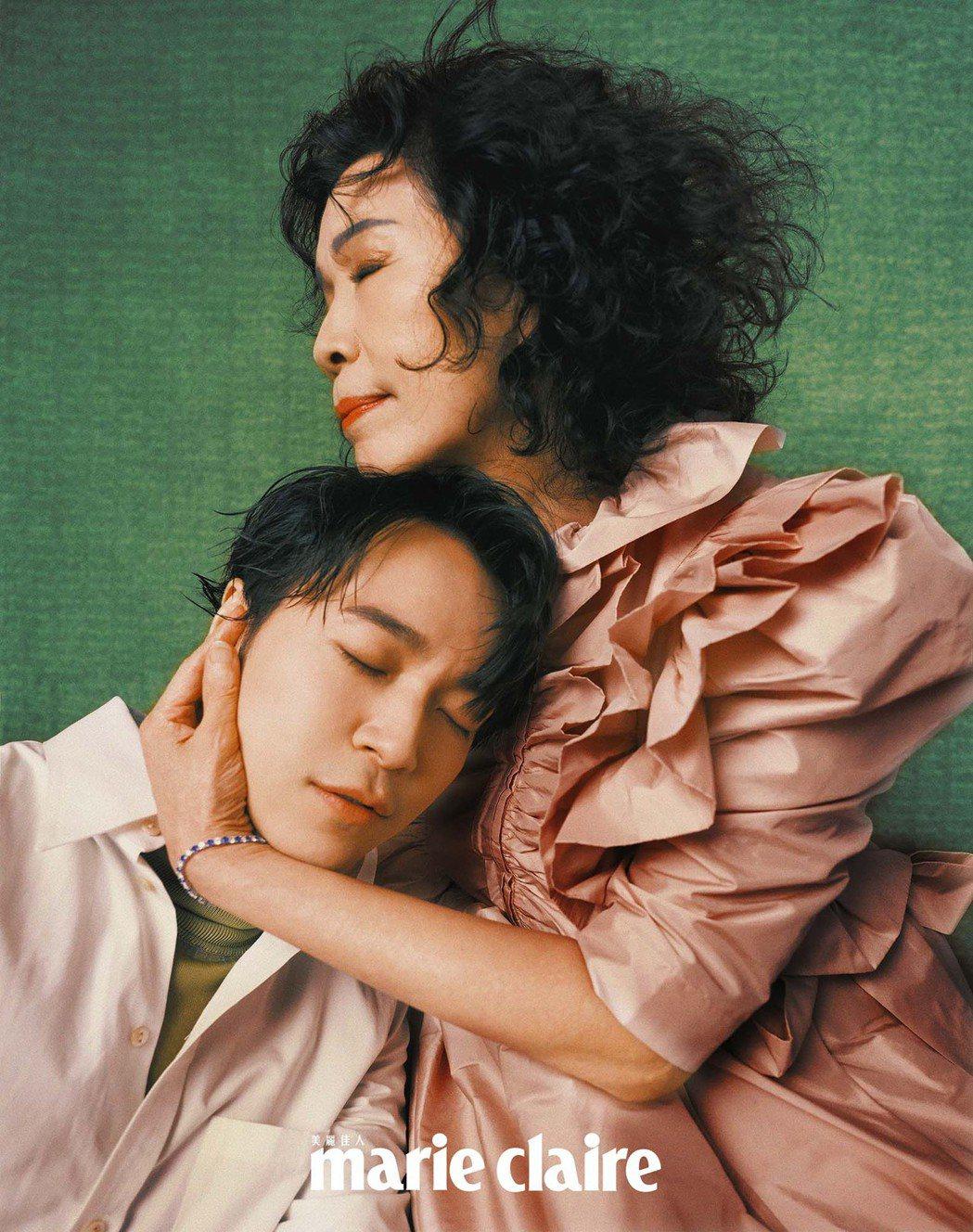 吳青峰(左)心疼媽媽罹患乳癌以及。圖/Marie Claire美麗佳人提供