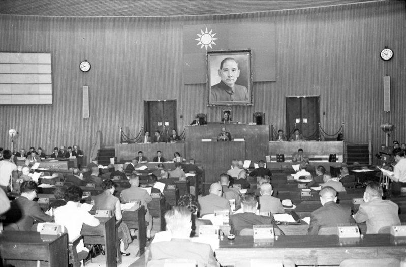 1971年10月1日,立法院舉行該年度會期的第二次院會,從照片中可以看到當時議場中位置上立委出席踴躍,沒有激情演出或是對立衝突。圖/聯合報系資料照片