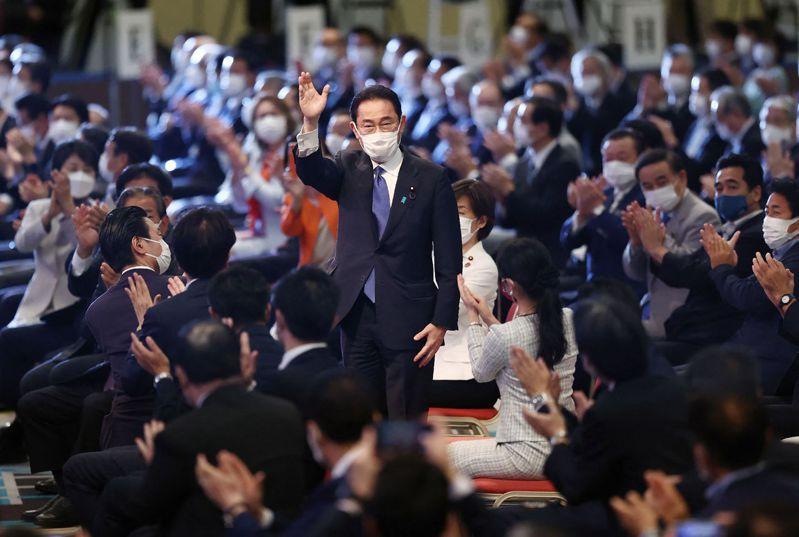 岸田文雄(立者)當選日本自民黨新任總裁,目前已敲定黨內新人事。法新社