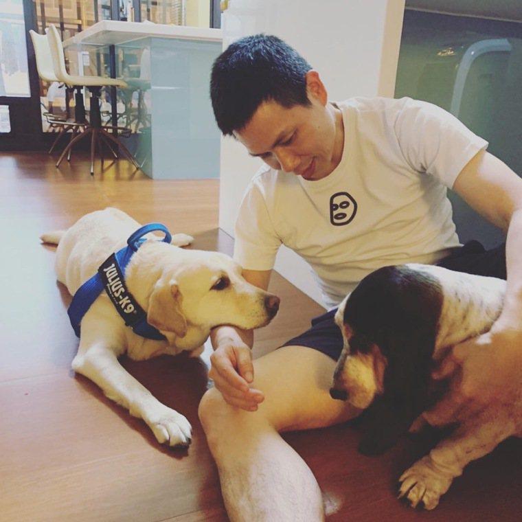 退役導盲犬安卡都能透過肢體清楚地表達意思。 圖╱李昆霖提供