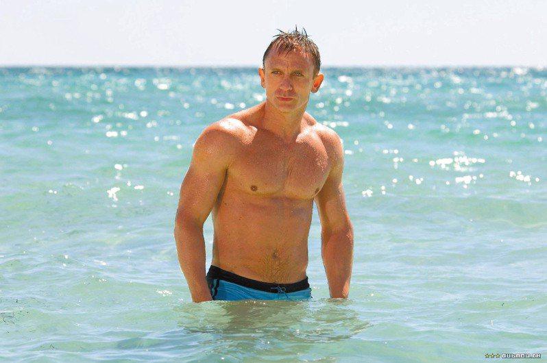 丹尼爾克雷格在《007首部曲:皇家夜總會》中,打著赤膊、穿著泳褲,一身精壯肌肉超吸睛,新一代「肌肉型」詹姆士龐德就此誕生。圖/哥倫比亞提供