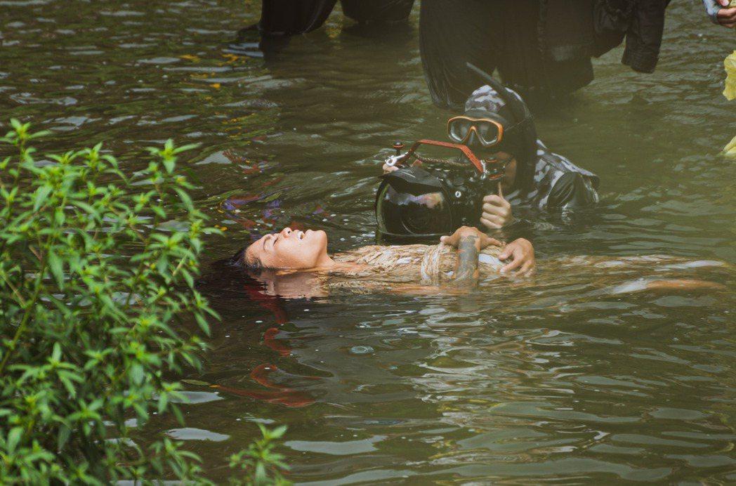 Putad在水中拍攝MV,哀怨演員難當。圖/小島大歌工作室提供