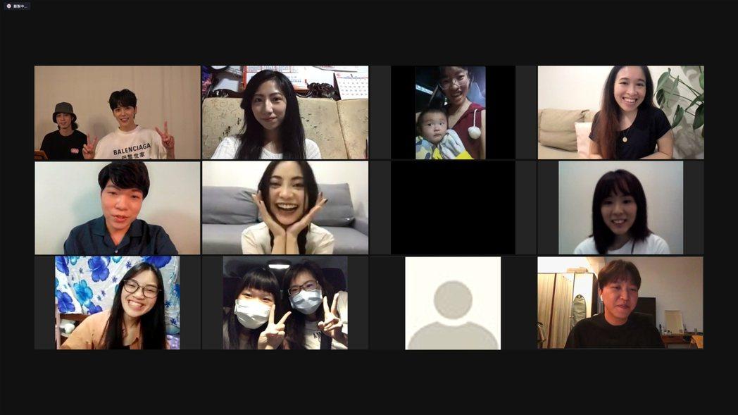畢書盡(左上右)邀請網友告白家人,勇敢說出愛。圖/老鷹音樂提供