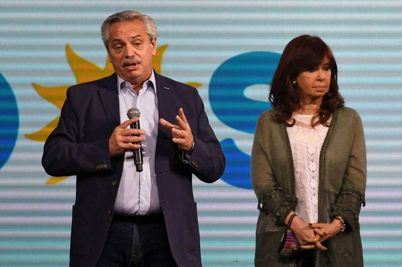 阿根廷總統艾柏托(左)和副總統克莉絲蒂娜(右)在執政黨「眾人陣線黨」位於布宜諾斯艾利斯的總部,針對期中選舉初選失利發表談話。法新社