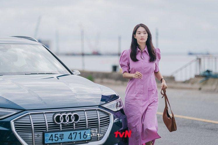 申敏兒詮釋咖啡色COURONNE「Milla Lady」系列,42萬8,000韓...
