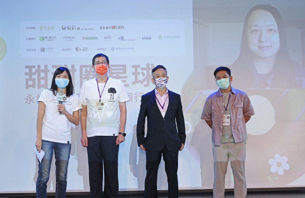 社企流創辦人林以涵(左一)、願景工程基金會執行長羅國俊(左二)、星展銀行永續委員...