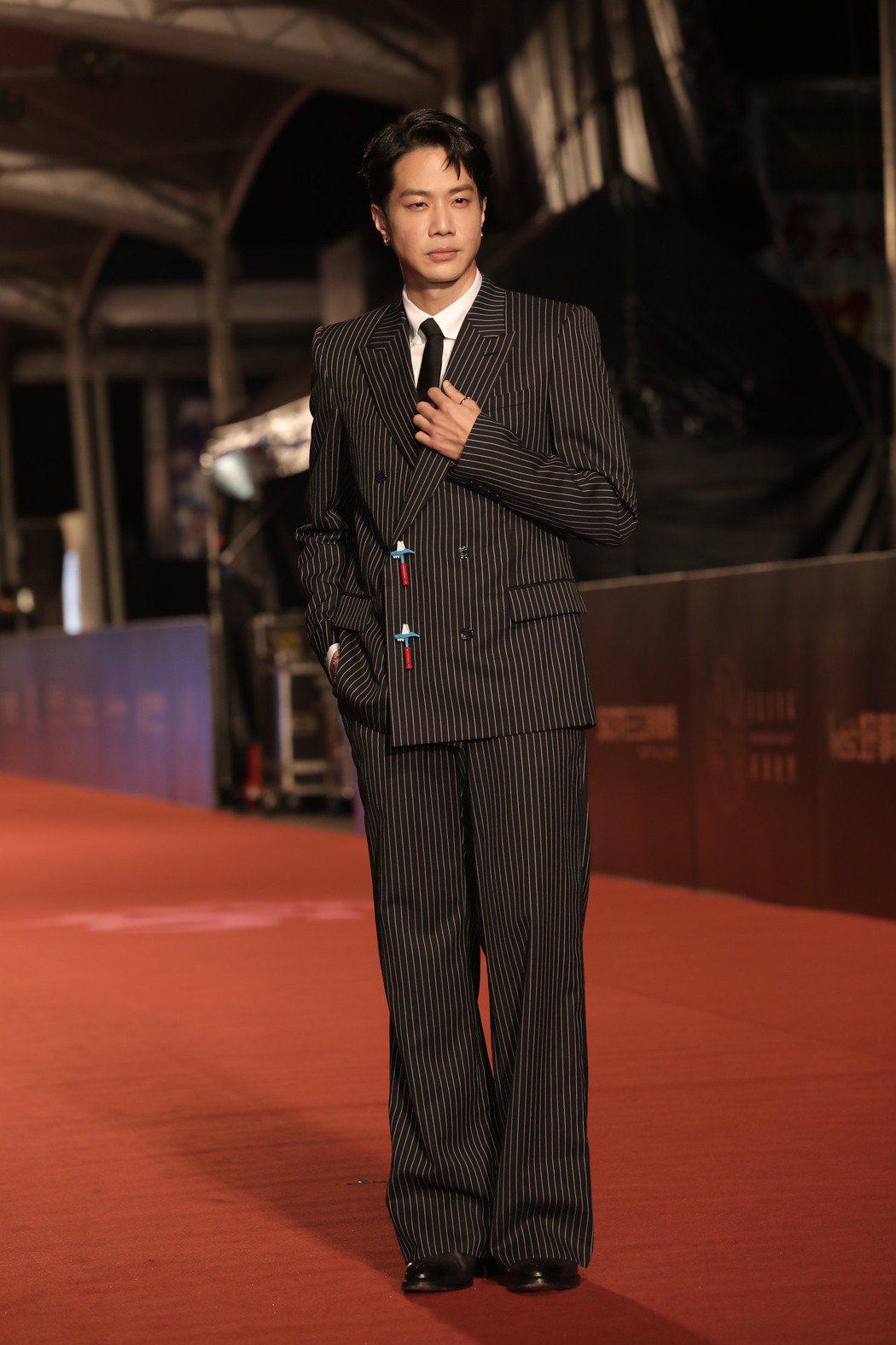 由音樂跨足戲劇的薛仕凌,今年雙料入圍迷你劇集男配角、最佳男主角,今晚並以雙排扣西...