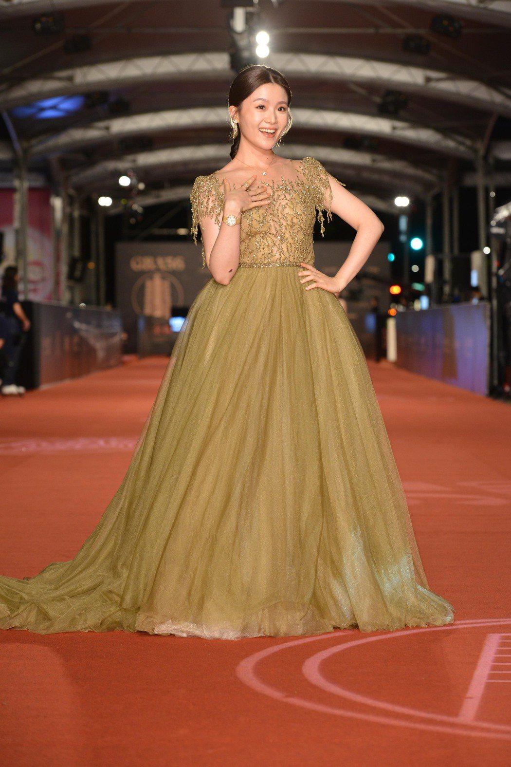 紅毯時除了有設計師的訂製服加持,楊小黎全身配戴的伯爵珠寶與腕表,總值近300萬,...