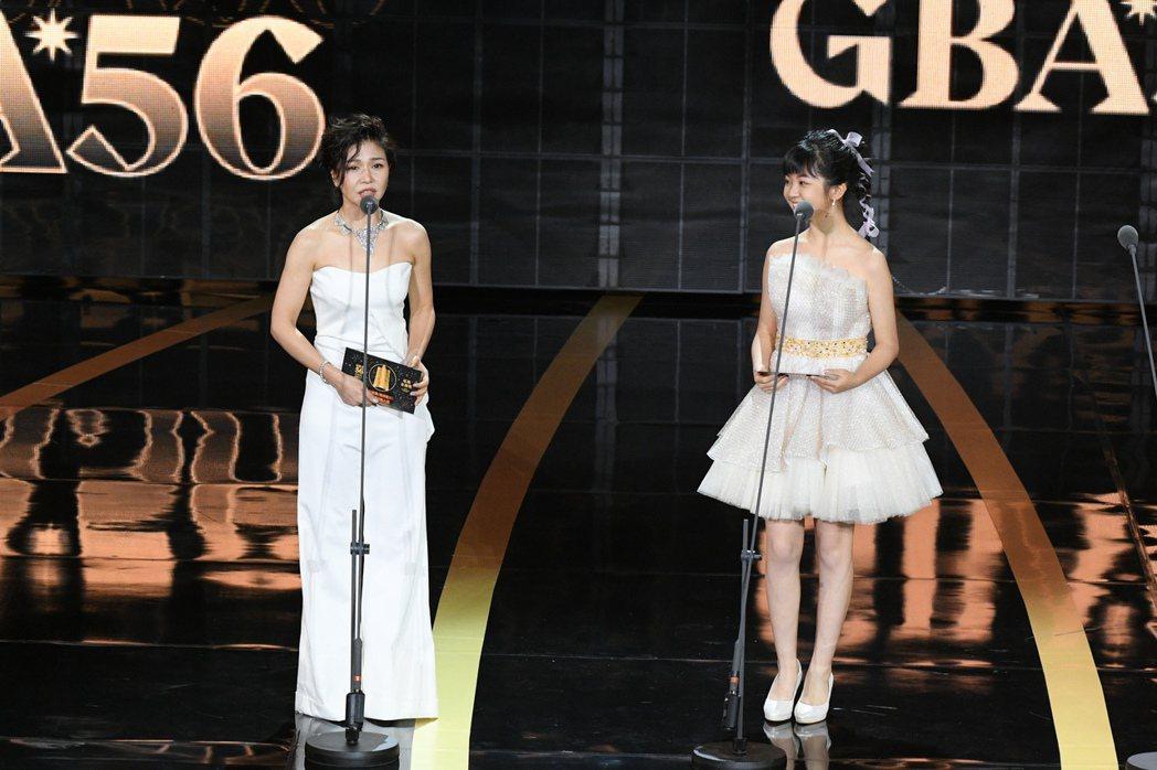 于子育今年搭檔「小嘉玲」吳以涵,一起頒發迷你劇集系列獎項。圖/三立電視提供