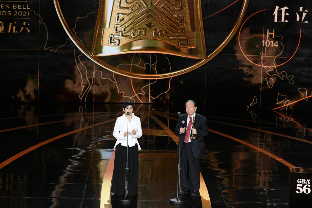 詹怡宜頒發特殊貢獻獎給「氣象先生」任立渝。圖/三立電視提供