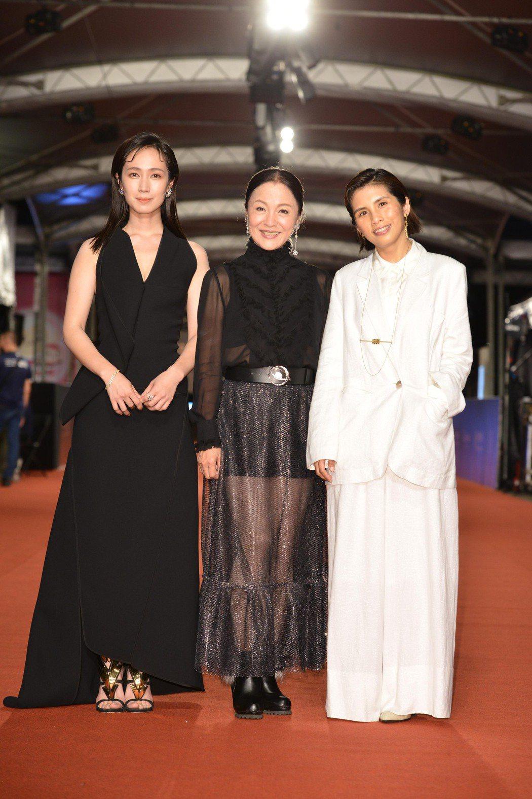 小薰(左起)、潘麗麗、「大債時代」方夢貞一起走紅毯。圖/三立電視提供