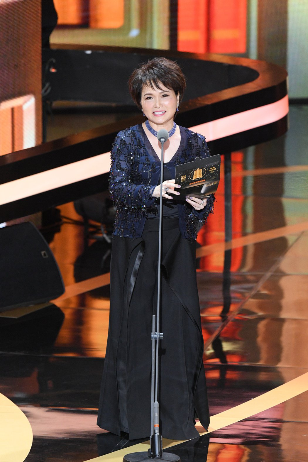 沈春華擔任頒獎時展現資深主播風範,讓網友大讚這才適合當頒獎人。圖/三立電視提供