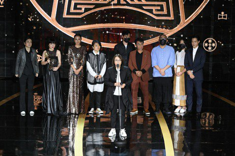 《做工的人》金鐘獎拿下四座獎項,大慕影藝執行長林昱伶致詞。圖/三立電視提供