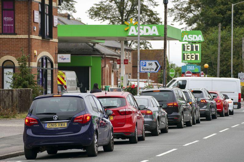 圖為日前英國民眾恐慌搶油,加油站大排長龍。美聯社