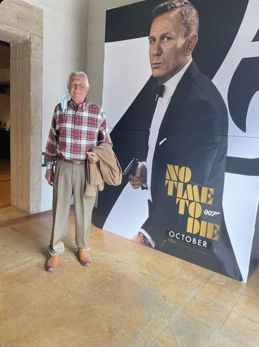 喬治拉贊貝(左)搶先觀賞「007 生死交戰」,忍不住發表感想。圖/摘自twitt...