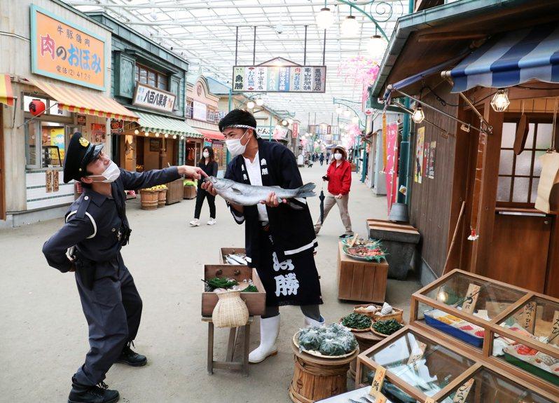 西武園遊園地打造昭和風情的商店街,不時有動態的演出。路透
