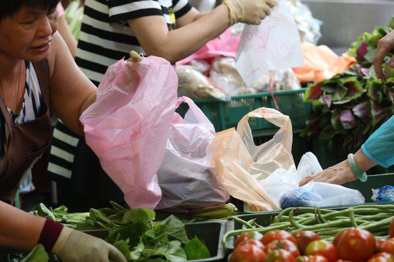 市面上的可分解塑膠,缺乏回收機制配套,不但讓限塑政策大打折扣,更可能成為環境災難。圖/聯合報系資料照片