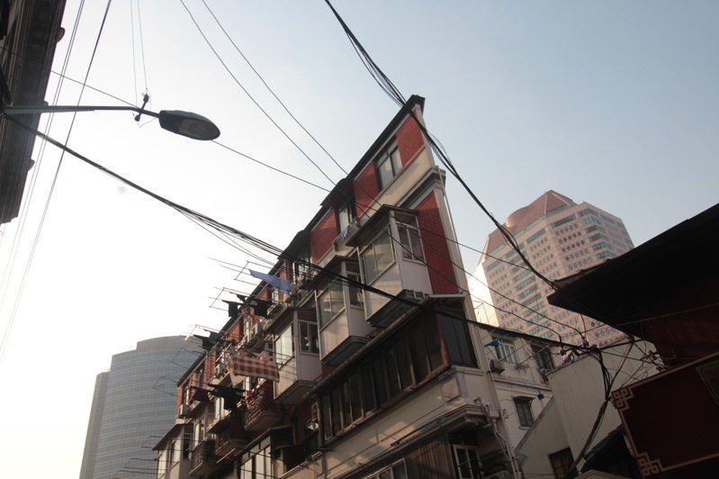 上海南京路步行街附近,有一幢位於寧波路的紙片樓。圖/取自搜狐