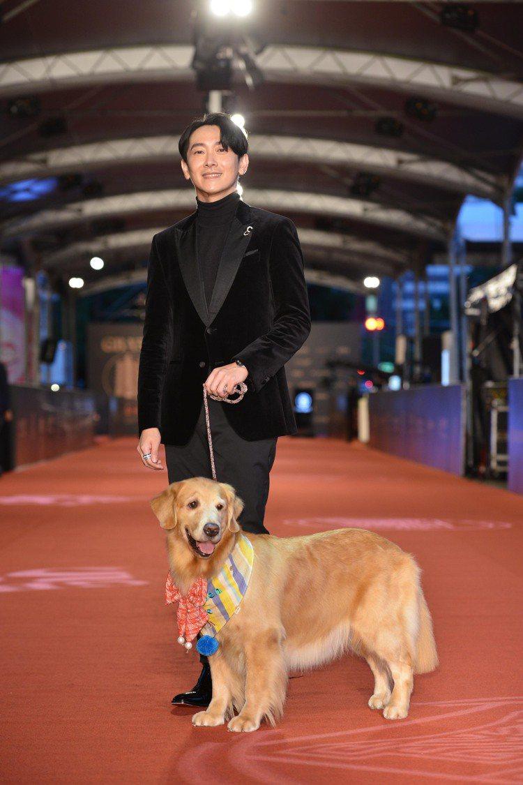 施名帥帶著劇中的黃金獵犬演員「歐瑞恩」一起現身金鐘獎。圖/三立電視提供