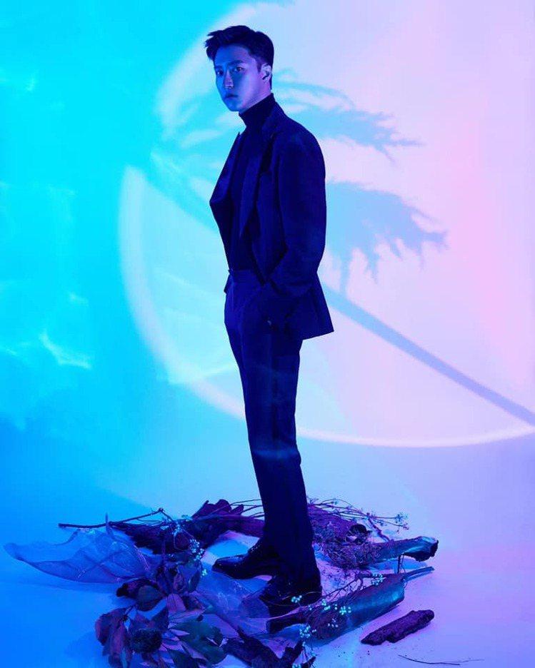 江宏傑帥穿BOSS深藍色西裝內搭高領針織衫現身金鐘獎。圖/摘自江宏傑臉書專頁