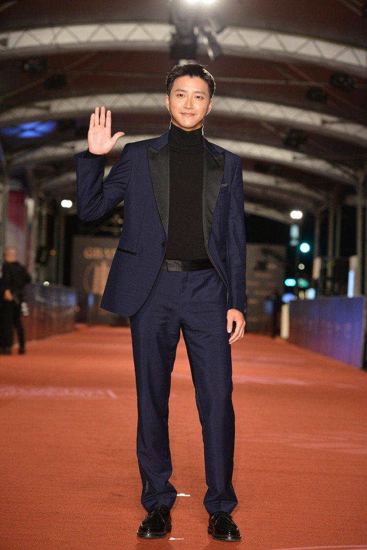 江宏傑帥穿BOSS深藍色西裝內搭高領針織衫現身金鐘獎。圖/三立電視提供