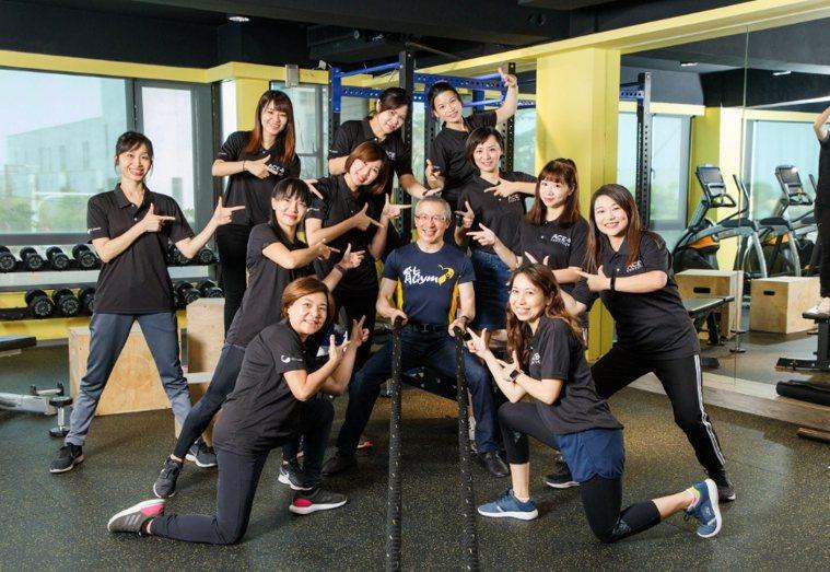 游能俊的「能GYM健身房」,帶領病人和員工養成規律運動好習慣。 圖/取自50+(...