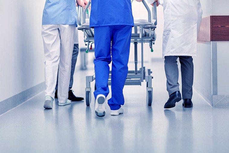 儘管人力有限,當病患需要協助,第一線的外科醫師需要支援,所有人義無反顧堅守崗位。...