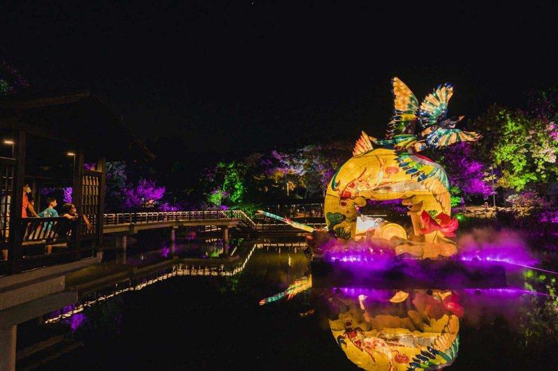 位於新竹公園麗池的「竹鵲松風迎春曦」花燈,將展出到16日。圖/市府提供