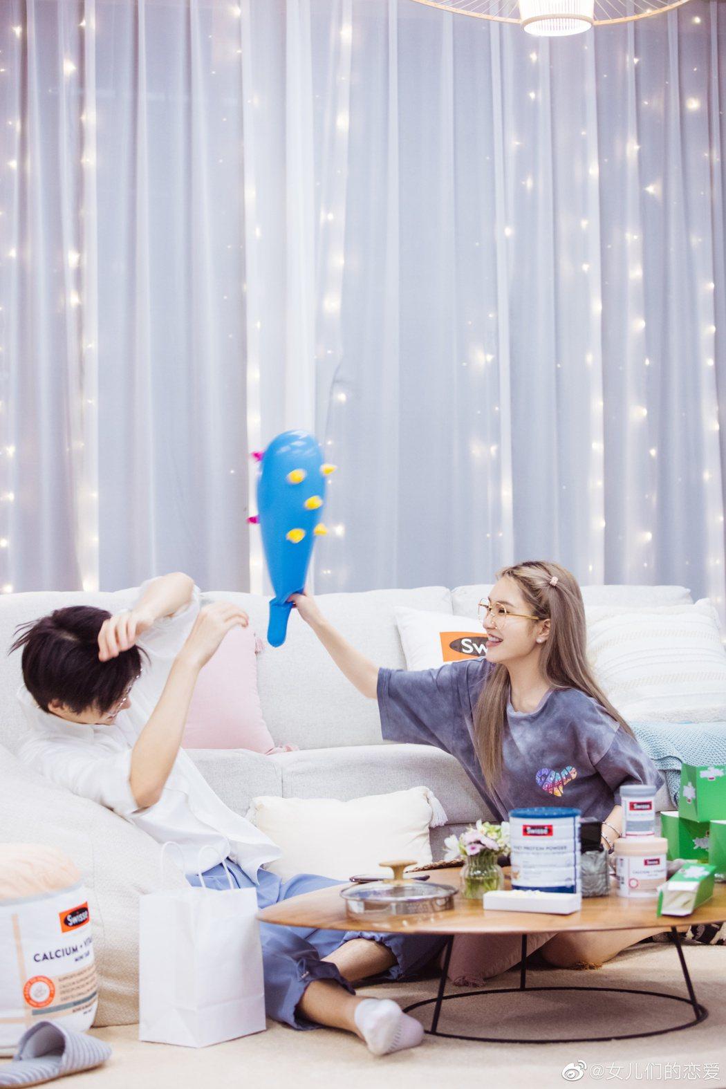 周揚青(右)開心地和陳瑞豐打打鬧鬧。圖/摘自微博