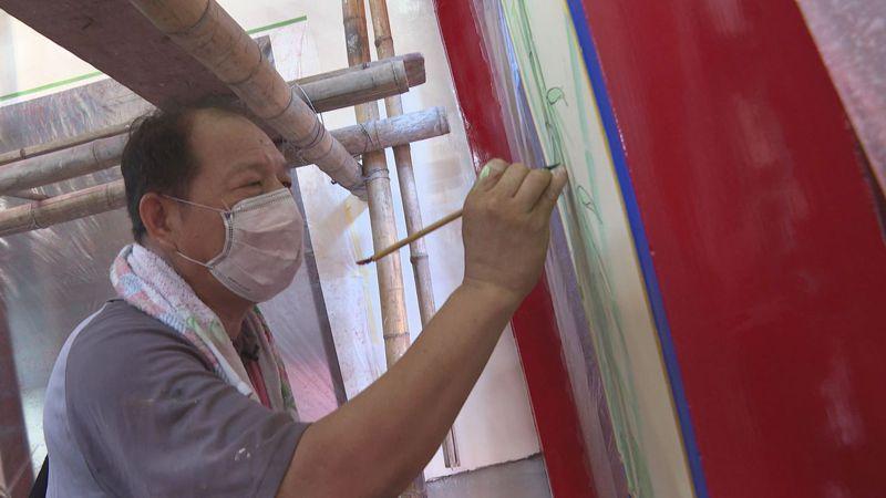 寺廟彩繪的師傅除了貫通東、西方技術,雙手懸空作畫、貼金箔一整天也是家常便飯,輝煌璀璨的廟宇背後,是一群功夫深厚的彩繪師傅們一筆一畫的結晶。記者蔡青縈/攝影