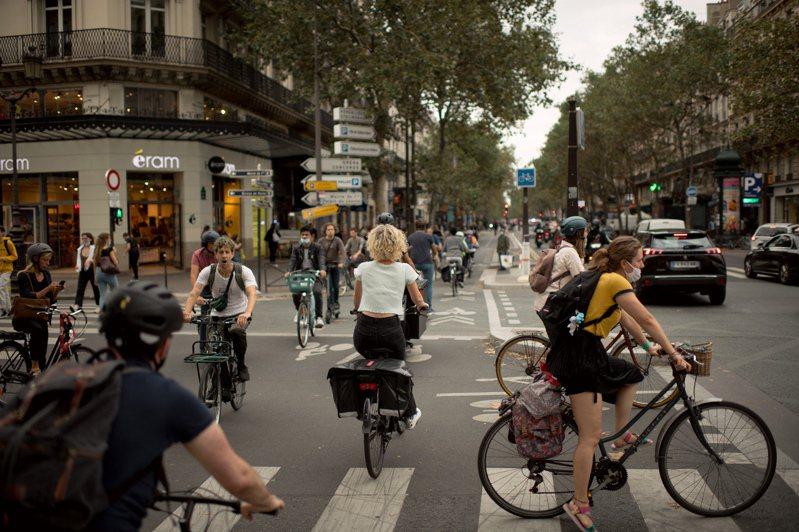 巴黎里沃利街和市中心南北向幹道塞瓦斯托波爾大道路口,上個月某天傍晚尖峰時段的自行車亂象。圖/取自紐約時報