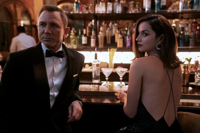「歷史上沒多少情報員像龐德,波波夫看起來幾乎吻合。」戰爭小說《埃斯托里》作者蒂亞戈-斯坦科維奇說,兩人都有上流品味、出入奢華,也同樣愛好美女。圖/取自2020 DANJAQ, LLC AND MGM